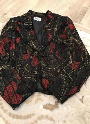 Красивый приталенный пиджак