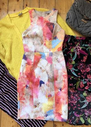 Яркое стильное платье футляр