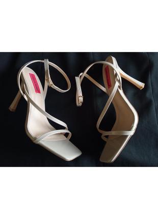 Женские босоножки с квадратным мысом на каблуке. босоножки на выпускной. босоножки london rebel.