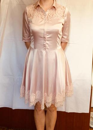 Нежно-персиковое платье с кружевными вставками