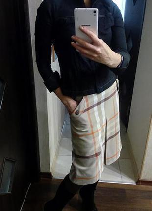 Юбка со втречной складкой в трендовый принт, с карманами