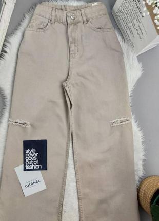 Бежевые джинсы палаццо с разрезами
