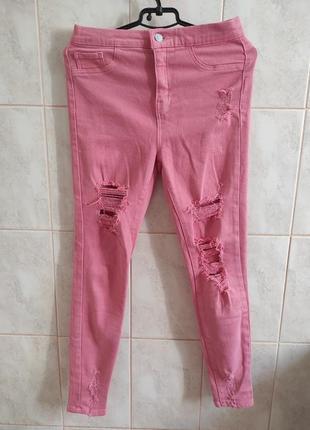 Розовые рваные джинсы с высокой посадкой