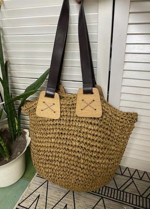 Красивая плетёная из соломы сумка оливкового цвета. ручки из коричневой экокожи крепятся на 4-х деревянных пластинах