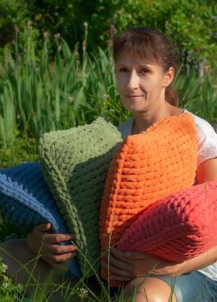 Декоративные плюшевые подушки.