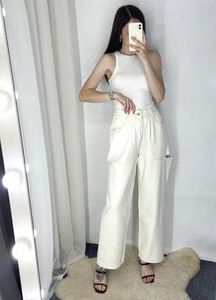 Прямые молочные джинсы с разрезами