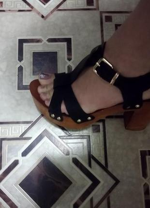Лёгкие босоножки на каблуке
