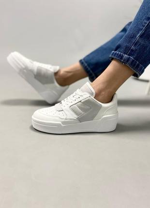 Кожаные  белые кроссовки с вставками из замши