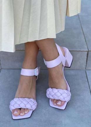 Босоножки на каблуке кожаные лилового цвета