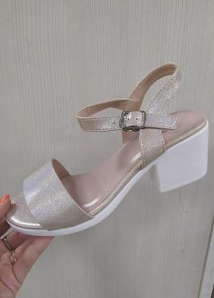 Женские босоножки на низком каблуке 5 см