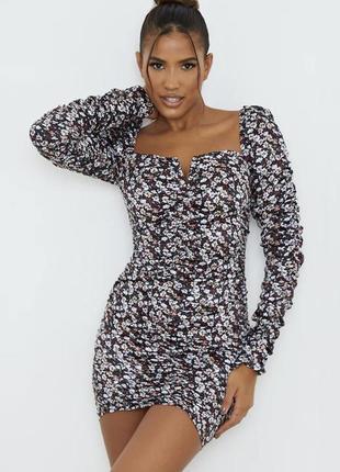 Атласное платье с квадратным вырезом в цветочный принт prettylittlething