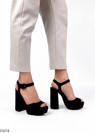 Шикарные женские замшевые чёрные босоножки на высоком каблуке
