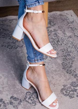 Женские белые босоножки на каблуке.