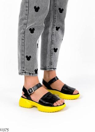 Яркие черные кожаные босоножки на жёлтой подошве