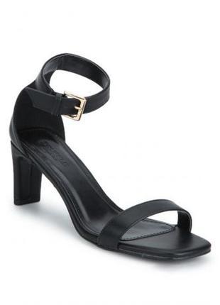 Черные туфли на низком тонком каблуке, квадратный нос