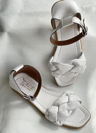 Белые очень красивые босоножки с плетением