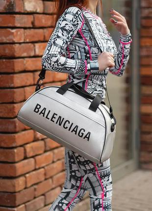 Стильная и удобная фитнес-сумка. отличный вариант для похода в спортзал или поездку. подойдет как мужчинам так и женщинам.