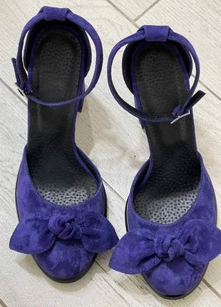 Замшевые туфли на каблуках ручная работа