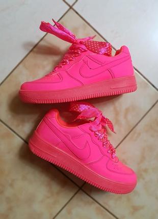 Яркие неоновые розовые кроссовки