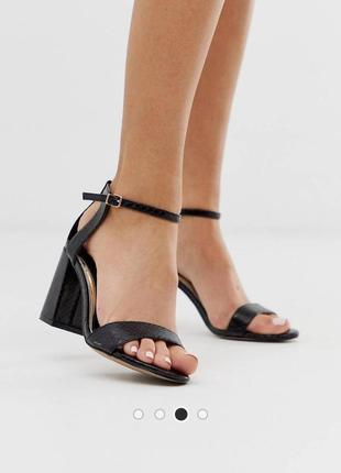Босоножки на блочном каблуке carvela
