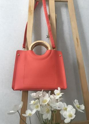 Яскрава сумка з дерев'яними ручками