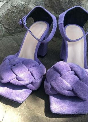 Замшевые босоножки на каблуке фиолетовые