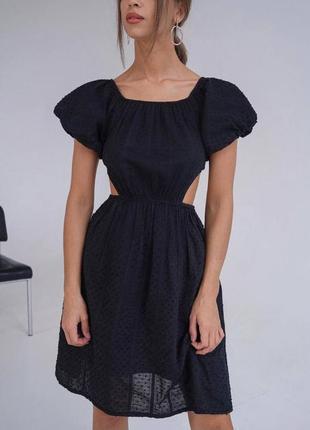 Женское платье с вырезом и открытыми плечами