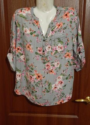 Блузка в цветочный принт размера 48.