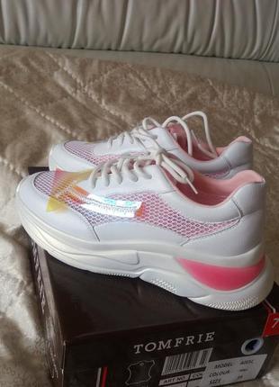 Стильные женские белые с розовым очень легкие кроссовки компании tomfrie.