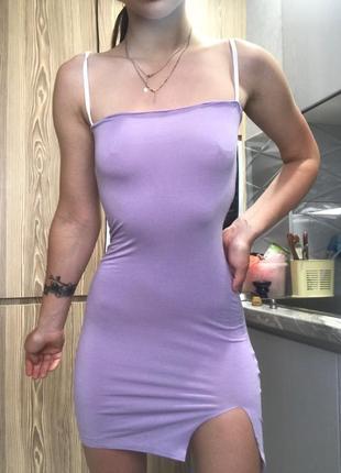 Трендовое мини платье с разрезом на тонких бретелях лиловое сексуальное по фигуре