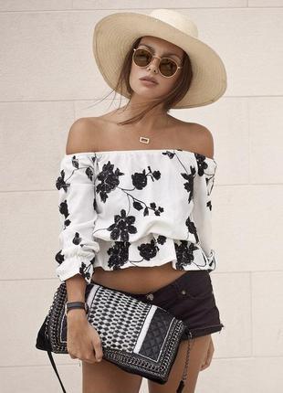 Очень красивая,укороченная белая с черной вышивкой блуза вышиванка  с открытыми плечами qed london