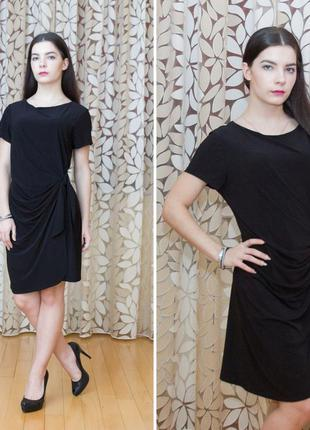 Универсальное черное платье с мягкой драпировкой