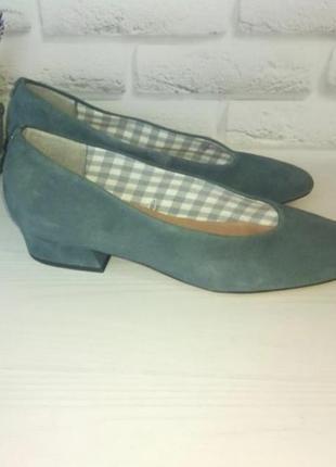 Замшевые туфли с зауженным носком