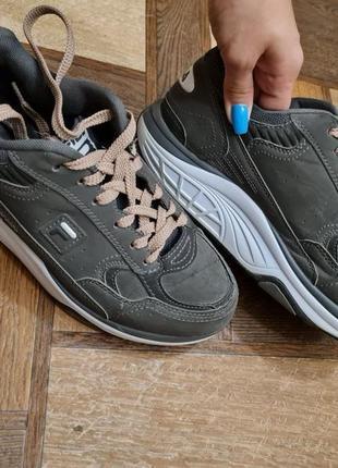 Серые кроссовки fila на высокой подошве