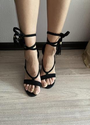 Босоножки на каблуке стильные с завязками