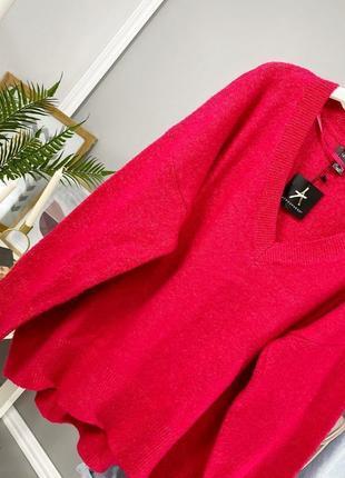 Оверсайз свитер фуксия с v образным вырезом atmosphere