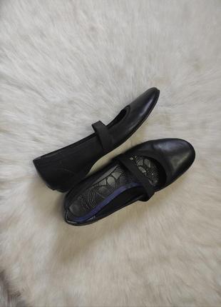 Черные натуральные кожаные туфли балетки классические спортивные с резинками ремешками каблуком