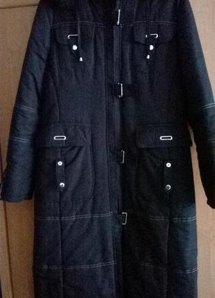 Красивое черное пальто прямого силуэта