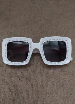 Очки солнцезащитные в белой оправе квадратные
