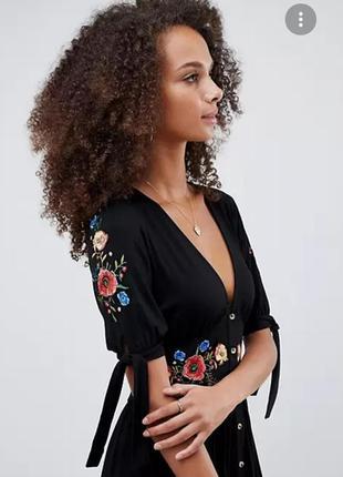 Платье черное с вышивкой на пуговицах и завязками на рукавах