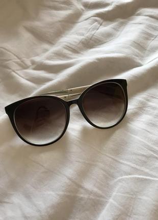 Солнцезащитные очки круглые зауженные сбоку лисички черно белого цвета