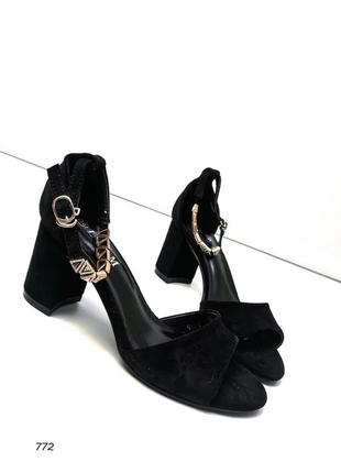 Женские босоножки  с украшением, черные, экозамша