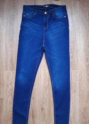 Тонкие джинсы, высокая посадка.