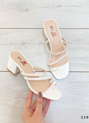 Белые босоножки сабо на каблуке