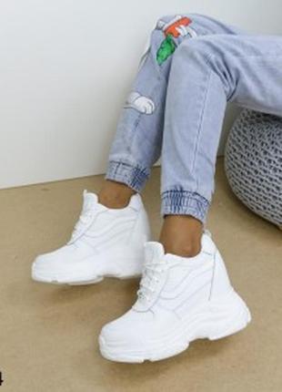 Женские белые сникерсы кроссовки на высокой подошве на танкетке