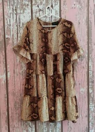 Легкое ярусное платье с змеиным принтом