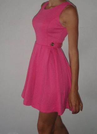 Розовое платье из плотной ткани