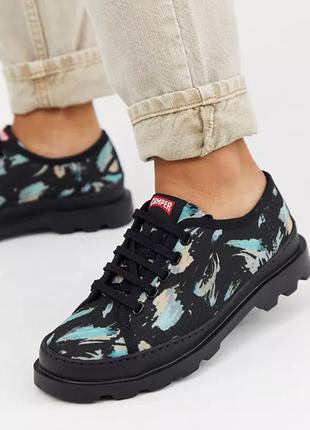 Туфли на плоской подошве со шнуровкой camper brutus с черным принтом