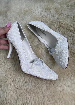 Белые нарядные свадебные туфли лодочки блестящие