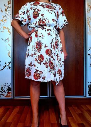 Белоснежное платье с цветочным принтом
